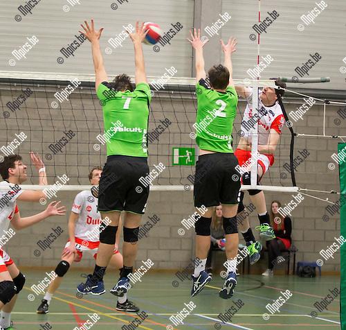 2017-01-21 / Volleybal/ seizoen 2016-2017 / Mendo - Puurs / Joren Appels (7. Mendo) met Ruben De Ryck (2.) proberen de smash van Wouter Vriens te blokken  ,Foto: Mpics.be