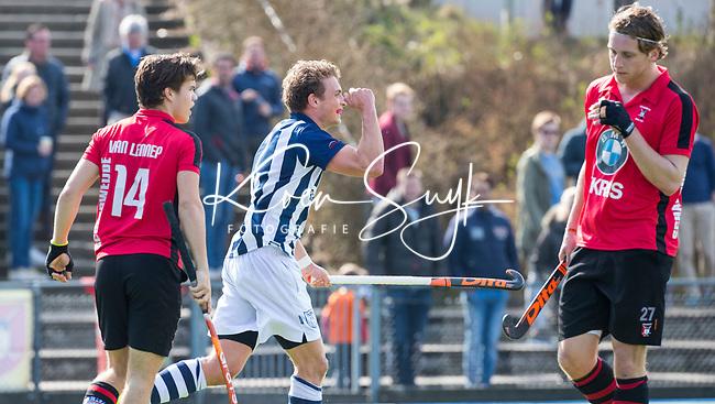 ZEIST - HOCKEY -   Jelmer Siersema van HDM scoort 0-1 tijdens de overgangsklasse competitiewedstrijd heren Schaerweijde-HDM (1-5). links keeper Arek Matuszak (Schaerw.) rechts Floris Molenaar (Schaerw.) en links Rein van Lennep (Schaerw.)  COPYRIGHT KOEN SUYK