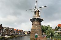Schiedam- De Noord molen . De Schiedamse molens zijn de hoogste klassieke windmolens ter wereld. Er zijn 6 molens overgebleven van de twintig die ooit in Schiedam stonden. De molens werden ingezet als brandersmolens en maalden gemout graan voor de branders, die moutwijn stookten voor de jeneverindustrie. Sinds 2006 heeft Schiedam een zevende (moderne) molen. In de Noordmolen is tegewoordig een restaurant gevestigd . Links oude pakhuizen