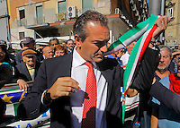 il sindaco di Napoli Luigi de Magistris toglie  la fascia tricolore   durante la cerimonia di  commemorazione delle 4 giornate di Napoli