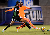 ENVIGADO -COLOMBIA-18-09-2015. Jony Gonzalez (Der) jugador de Envigado FC disputa el balón con un jugador de Deportivo Cali durante partido por la fecha 13 de la Liga Águila II 2015 realizado en el Polideportivo Sur de la ciudad de Envigado./ Jony Gonzalez (R) player of Envigado FC fights for the ball with a player of Deportivo Cali during match for the 13th date of the Aguila League II 2015 at Polideportivo Sur in Envigado city.  Photo: VizzorImage/León Monsalve/STR