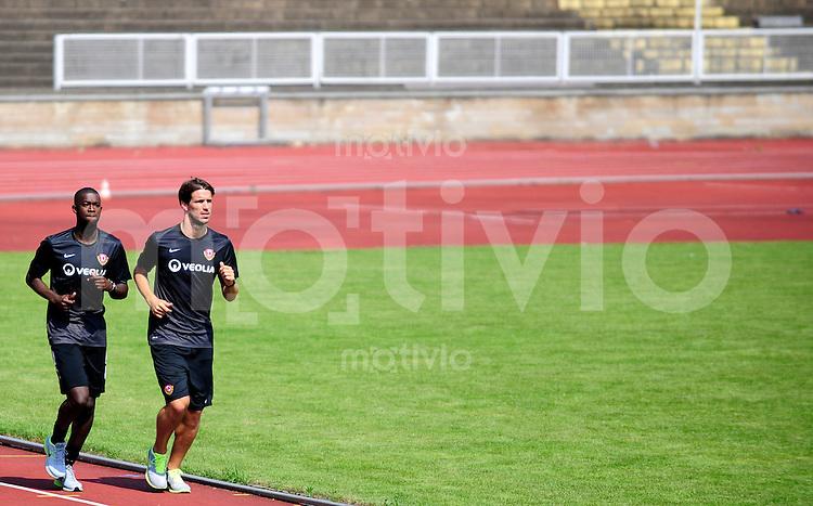 Fussball, 2. Bundesliga, Saison 2013/14, SG Dynamo Dresden, Trainingsauftakt, Laktattest, Donnerstag (20.06.2013).  Dresdens Romain Bregerie (re.) und Cheikh Guey.