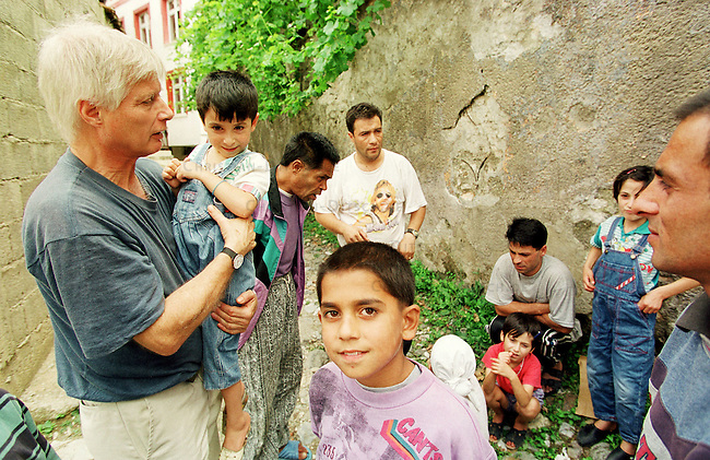 Der deutsche Arzt Dr. Dietz R. Kleine aus Kiel k&uuml;mmert sich in der Klosterschule um die gefluechteten Serben, Albaner, Roma und Katholiken. Hier kuemmert er sich um ein Roma-Kind und spricht mit dessen Eltern.<br /> Prizren/Jugoslawien, 30.7.1999<br /> Copyright: Christian-Ditsch.de<br /> [Inhaltsveraendernde Manipulation des Fotos nur nach ausdruecklicher Genehmigung des Fotografen. Vereinbarungen ueber Abtretung von Persoenlichkeitsrechten/Model Release der abgebildeten Person/Personen liegen nicht vor. NO MODEL RELEASE! Don't publish without copyright Christian-Ditsch.de, Veroeffentlichung nur mit Fotografennennung, sowie gegen Honorar, MwSt. und Beleg. Konto: I N G - D i B a, IBAN DE58500105175400192269, BIC INGDDEFFXXX, Kontakt: post@christian-ditsch.de<br /> Urhebervermerk wird gemaess Paragraph 13 UHG verlangt.]