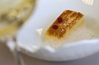 Europe/France/Rhone-Alpes/74/Haute-Savoie/Megèvecube de brochet en toast inversé avec bouillon de légumes au citron et Campari, recette d' Emmanuel Renault  Restaurant: Flocons de Sel - Route de Rochebrune