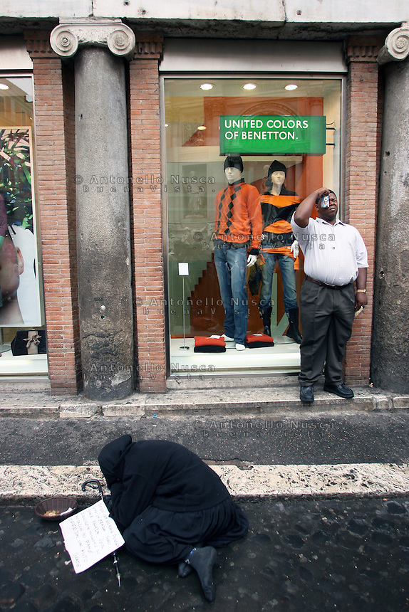 Roma, Ottobre 2012. Una mendicante chiede l'elemosina di fronte la Fontana di Trevi.<br /> A Roma decine di arresti e perquisizioni hanno dato il via a un nuovo scandalo di tangenti che ha visto coinvolti personaggi dello spettacolo, della politica e dello sport Italiani. Questo nuovo caso di corruzione va a colpire ancora di pi&ugrave; una citt&agrave; gi&agrave; ferita da una amministrazione disastrosa.<br /> Rome is increasingly falling down<br /> A toxic mix of mafia gangsters, corrupt politicians and a one-eyed former terrorist made millions in Rome by exploiting migrants and gipsies, it emerged in a scandal that has seriously shaken the capital's faith in its leaders.