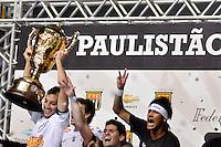 SÃO PAULO, SP, 13 DE MAIO DE 2012 - FINAL DO CAMPEONATO PAULISTA - SANTOS x GUARANI:  Edu Dracena (e) e Neymar (d) comemoram conquista do Campeonato Paulista de 2012 após Santos x Guarani, segunda partida da final do Campeonato Paulista no Estádio do Morumbi. FOTO: LEVI BIANCO - BRAZIL PHOTO PRESS