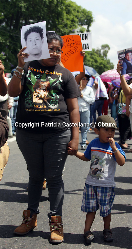 Oaxaca de Ju&aacute;rez, Oaxaca. 11/junio/2015.- Este jueves, integrantes de la seci&oacute;n 22 del Sindicato Nacional de Trabajadores de la Educaci&oacute;n (SNTE), acompa&ntilde;ados de familiares de los 25 activistas del Frente Popular Revolucionario (FPR), marcharon por las principales calles de la capital exigiendo la libertad de sus presos, as&iacute; mismo, se manifestaron en contra de los resolutivos que ha dado la Secretaria de Gobernaci&oacute;n (Segob) en cuanto a sus peticiones.<br /> <br />  <br /> <br /> Fue asi que poco m&aacute;s de 2 mil 500 personas, se movilizaron partiendo del &ldquo;Mercado Zonal&rdquo; con destino al z&oacute;calo capitalino, lugar donde realizaron un mitin exponiendo sus exigencias a los gobiernos federal  y estatal dentro de las que destacan la liberaci&oacute;n de 25 activistas que aun se encuentran detenidos por los disturbios del 7 de junio.