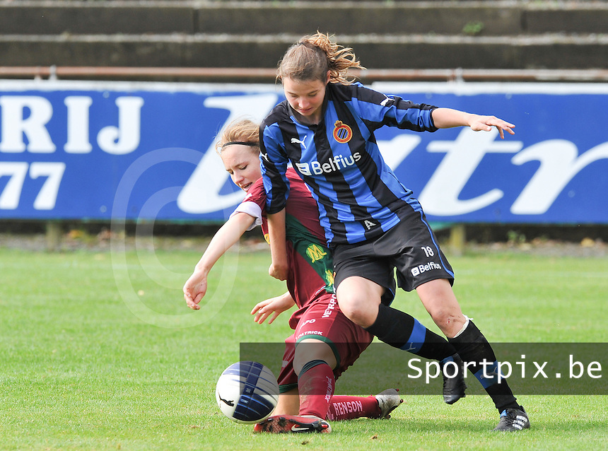 Club Brugge Dames - Dames Zulte Waregem : Catherine Szynal in duel met Nicky Van Den Abbeele .foto DAVID CATRY / Vrouwenteam.be