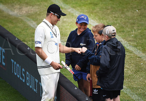 14.12.2015. Dunedin, New Zealand.  Neil Wagner and young fans on the boundary during play on day 5 of the 1st cricket test match between New Zealand Black Caps and Sri Lanka at University Oval, Dunedin, New Zealand. Monday 14 December 2015.