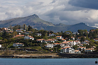 Europe/France/Aquitaine/64/Pyrénées-Atlantiques/Pays Basque/ Socoa: Les maisons sur la corniche basque et les pyrénées  basquse avec la Rhune