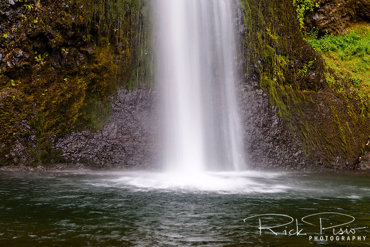 Horsetail Falls sits along Interstate 84 and Historic US 30 along the Columbia River in Northern Oregon