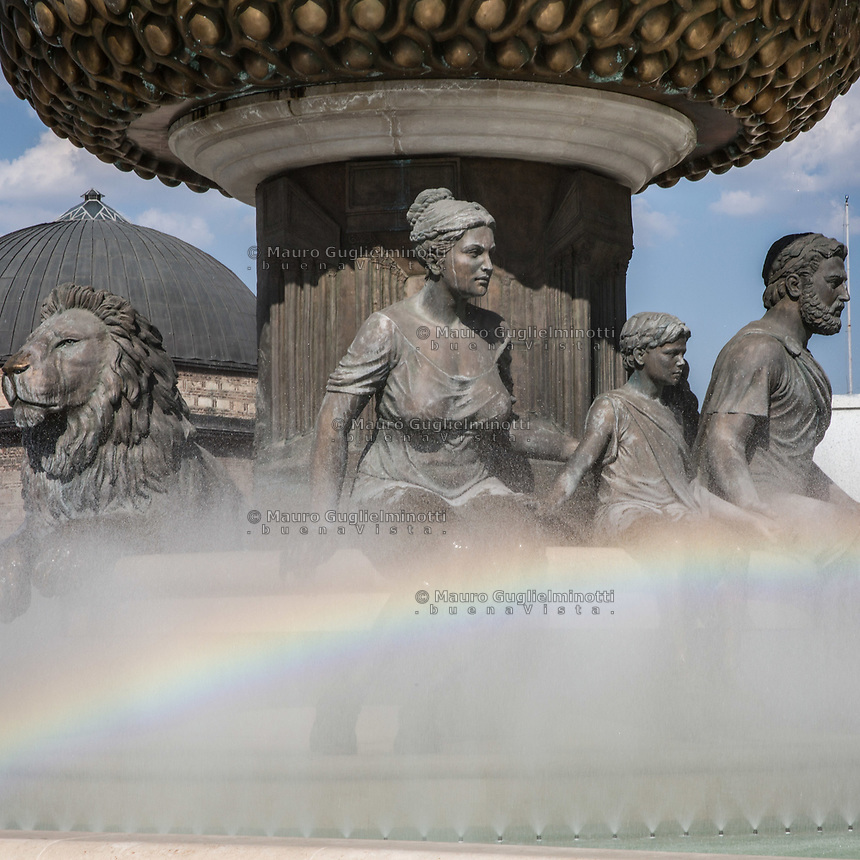 Piazza principale di Skopjie, grandiosi monumenti per incitare al nazionalismo Skopjie main square, monuments to increase nationalism<br /> Fontana della madre , con arcobaleno