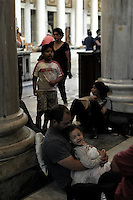 Roma, 4 Giugno 2014<br /> Le famiglie sgomberate da un edificio di Torre Spaccata cercano rifugio e aiuto nella basilica di S. Maria Maggiore, e chiedono a Papa Francesco di diventare la voce dei senza casa, contro le politiche disumane del Piano Casa del Governo Renzi.<br /> Rome, June 4, 2014 <br /> Families evicted from a building of the Torre Spaccata seek refuge and help in the basilica of Santa Maria Maggiore, and ask at Papa Francesco of become the voice of the homeless, against the inhumane policies of the Plan House of Government House Renzi.