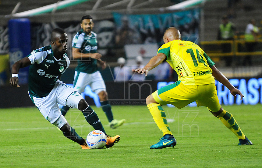 PALMIRA - COLOMBIA - 23 - 03 - 2018: Kevin Balanta (Izq.) jugador de Deportivo Cali disputa el balón con Felipe Jaramillo (Der.) jugador de Leones F. C., durante partido entre Deportivo Cali y Leones F. C., de la fecha 10 por la liga Aguila I 2018, jugado en el estadio Deportivo Cali (Palmaseca) en la ciudad de Palmira. / Kevin Balanta (L) player of Deportivo Cali vies for the ball with Felipe Jaramillo (R) player of Leones F. C., during a match between Deportivo Cali and Leones F. C., of the 10th date for the Liga Aguila I 2018, at the Deportivo Cali (Palmaseca) stadium in Palmira city. Photo: VizzorImage  / Nelson Rios / Cont.