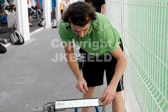 ADEJE - Schaatsen De TVM schaatsploeg met Sven Kramer, Jan Blokhuisen en Jorien Voorthuisen traint twaalf dagen op Tenerife onder leiding van coach Bart Veldkamp.. Naast fietsen wordt krachttraining gedaan op Top Training Tenerife. 13-01-2012.