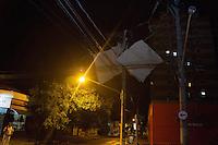 INDAIATUBA, SP - 11.10.2013: CHUVA CASTIGA CIDADE - INDAIATUBA - Chuva de graniso com fortes ventos castiga a cidade de Indaiatuba, telhas ficam presas na rede elétrica na região central da cidade nesta segunda-feira (11). (Foto: Marcelo Brammer/Brazil Photo Press)