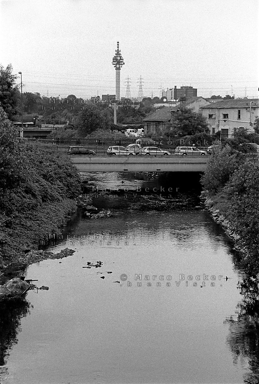 milano, periferia nord-est presso cascina gobba. il fiume lambro e l'antenna mediaset a cologno monzese --- milan, north-east periphery nearby cascina gobba. the lambro river and mediaset television transmitting antenna in cologno monzese village