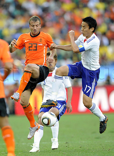19 06 2010  Japan s Makoto Hasebe r vies with Netherlands Rafael van the Vaart during their 2010 World Cup Group E Soccer Match AT Moses Mabhida Stage in Durban South Africa ON June 19 2010 Xinhua Chen Haitong DX South Africa Durban 2010 FIFA World Cup Netherlands vs Japan