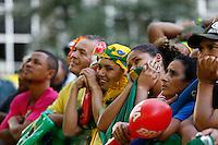 SAO PAULO, 22 DE JUNHO DE 2013. CONCENTRA SP - VALE DO ANHANGABAU. Publico assiste ao jogo do Brasil X Italia durante o evento Concentra SP. Durante o evento,  são transmitidos os jogos da copa das confederações em telões no Vale do Anhangabau. FOTO ADRIANA SPACA/BRAZIL PHOTO PRESS.