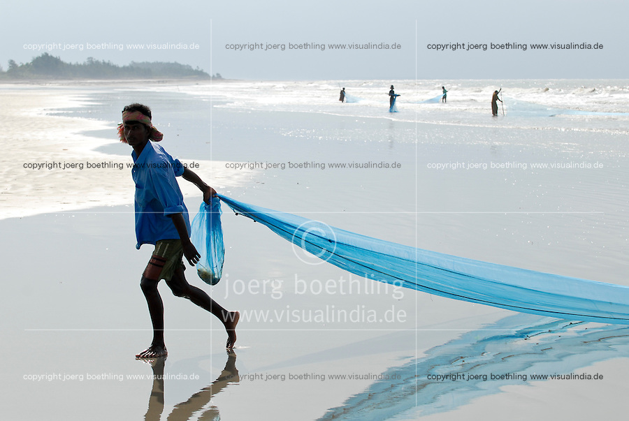 INDIA, Westbengal, Sundarbans, Sagar Island , fisherman and woman fishing at shore / INDIEN, Westbengalen, Sunderbans Ganges Delta, Sagar Island, Kuestenfischer mit Netz in der Brandung
