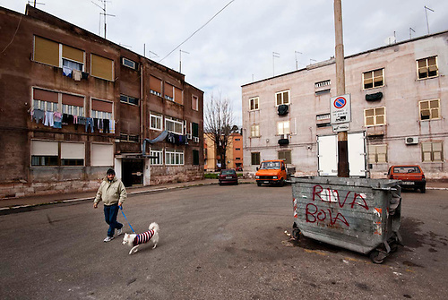 Taranto, Italie, Jan 2010.  Tarente est la ville la plus polluée par émissions industrielles en Europe. A Tarente, chacun des 210 000 habitants respire chaque année 2,7 tonnes de monoxyde de carbone et 57,7 tonnes de dioxydes de carbones. Le quartier ouvrier de Tamburi, tout proche de la zone industrielle souffre très directement de la pollution industrielle.  Image issue de la Serie La Poussiere Rouge.