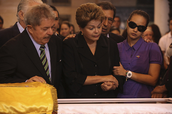 CAR4117. CARACAS (VENEZUELA), 07/03/2013.- Fotografía cedida por la presidencia de Venezuela muestra a la gobernante de Brasil, Dilma Rousseff (2d), y a su predecesor, Luiz Inácio Lula da Silva (i), asistiendo hoy, jueves 7 de marzo de 2013, a las honras fúnebres del líder venezolano, Hugo Chávez, en la Academia Militar de Caracas (Venezuela). Delegaciones de más de 50 países son esperadas en Caracas para el funeral de Estado de Chávez por cuyo fallecimiento se ha declarado duelo nacional en 16 países. EFE/PRESIDENCIA DE VENEZUELA/SOLO USO EDITORIAL NO VENTAS