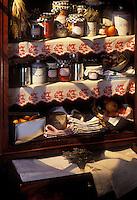 Gastronomie générale / Cuisine générale : Armoire à provisions d'une maison  avec ses conserves,confitures,linge de maison