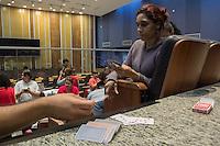SÃO BERNARDO DO CAMPO -SP- 21.05.2015 - SERVIDORES-SP -  Manifestantes jogam baralho dentro do acampamento na Câmara Municipal de São Bernardo do Campo na tarde desta quinta-feira, 21, eles estão paralisados desde o dia 13 deste mês, estão acampados dentro da Câmara Municipal de São Bernardo do Campo desde a tarde de ontem, 21. Grevistas pedem reajuste salarial de 12,5% entre outros benefícios. (Foto: Renato Mendes/Brazil Photo Press)