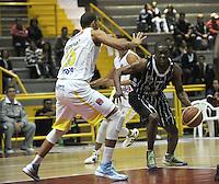 BOGOTA - COLOMBIA - 23-04-2013: Edgar Moreno (Izq.) de Piratas de Bogotá, disputa el balón con John Hernandez (Der.) de Bucaros de Bucaramanga, abril 23 de 2013. Piratas y Bucaros en la cuarta fecha de la fase II de la Liga Directv Profesional de baloncesto en partido jugado en el Coliseo El Salitre. (Foto: VizzorImage / Luis Ramírez / Staff). Edgar Moreno (L) of Piratas from Bogota, fights for the ball with John Hernandez (R) of Bucaros from Bucaramanga, April 23, 2013. Pirates and Bucaros in the fourth match of the phase II of the Directv Professional League basketball, game at the Coliseum El Salitre. (Photo: VizzorImage / Luis Ramirez / Staff)..