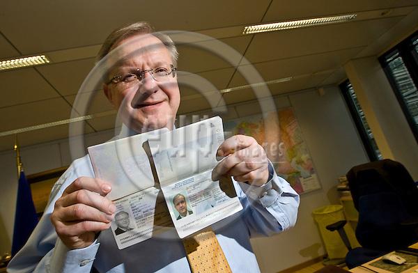 BRUSSELS - BELGIUM - 20 NOVEMBER 2009 -- Olli REHN, (FI) EU-Commissioner in charge of Enlargement shows his specimen passports of  Bosnia & Herzegovina and Serbia. -- PHOTO: Juha ROININEN / EUP-IMAGES
