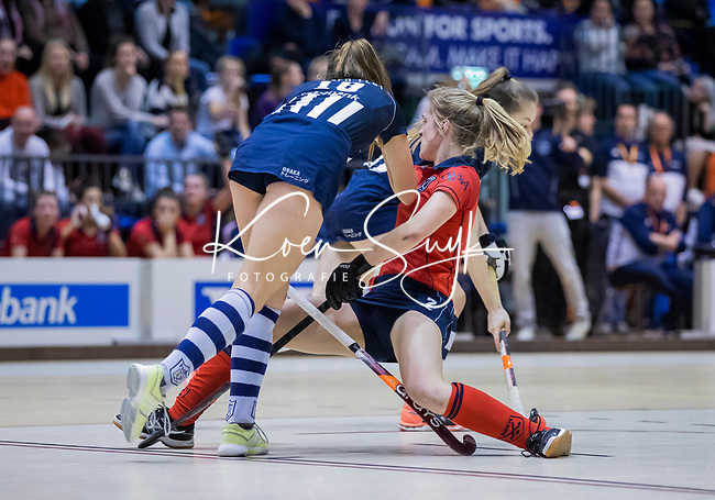 ROTTERDAM  - NK Zaalhockey . finale dames hoofdklasse: hdm-Laren 2-1. hdm landskampioen.  Elin van Erk (Lar) in botsing met  met Fay van der Elst (HDM)    COPYRIGHT KOEN SUYK