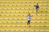SÃO PAULO, SP, 26 AGOSTO DE 2012 - CAMPEONATO BRASILEIRO - CORINTHIANS x SÃO PAULO: Publico antes da partida Corinthians x São Paulo,  válida pela 19ª rodada do Campeonato Brasileiro de 2012, em partida disputada no Estádio do Pacaembu em São Paulo em uma tarde de muito sol. FOTO: LEVI BIANCO - BRAZIL PHOTO PRESS