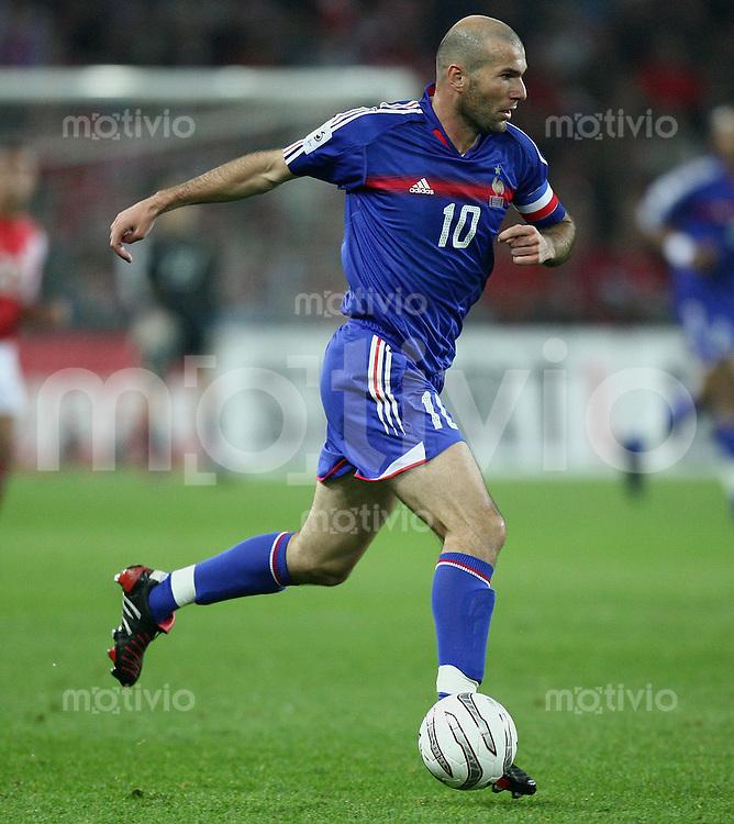 Fussball International WM Qualifikation Schweiz 1-1 Frankreich Zinedin Zidane (FRA) am Ball