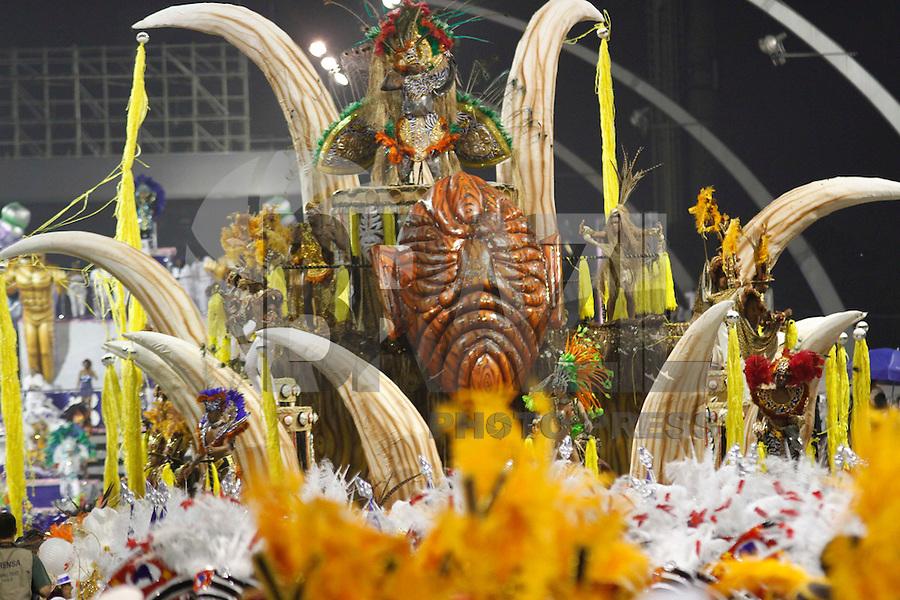 SAO PAULO, SP, 24 DE FEVEREIRO 2012 - CARNAVAL SP DESFILE CAMPEAS - ACADEMICOS TATUAPE - Integrante da escola de samba Academicos do Tatuapé durante desfile das campeãs  do Carnaval 2012 de São Paulo, no Sambódromo do Anhembi, na zona norte da cidade, (FOTO: ALE VIANNA - BRAZIL PHOTO PRESS)