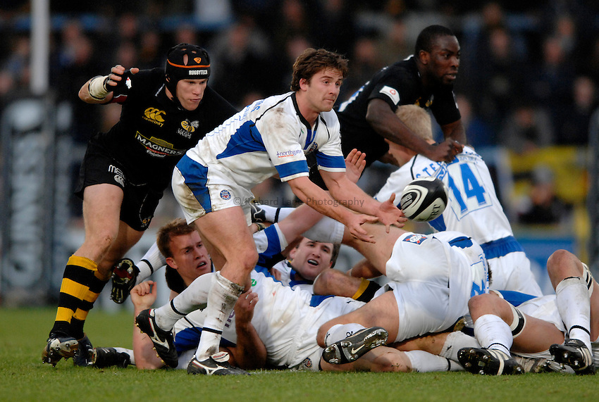 Photo: Richard Lane..London Wasps v Bath Rugby. Guinness Premiership. 12/11/2006. .Bath's Andy Williams passes.