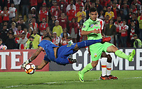 BOGOTÁ - COLOMBIA, 8-02-2018:Beycker Velasquez (Der.) guardameta del Táchira de Venezuela  disputa el balón con el Independiente Santa Fe de Colombia  durante partido de vuelta de la segunda fase  de la Copa Conmebol Libertadores de América 2018 jugado en el estadio Nemesio Camacho El Campín de la ciudad de Bogotá. / :Beycker Velasquez (Der.) goalkeeperof of Tachira of Venezuela  disputes the ball with Independiente Santa Fe de Colombia during second leg match of the Copa Conmebol Libertadores de América 2018 played at the Nemesio Camacho El Campin stadium from the city of Bogota. Photo: VizzorImage / Felipe Caicedo / Staff.