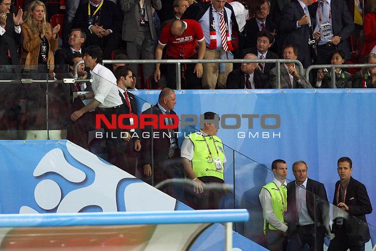 UEFA Euro 2008 Group B Match 20 Wien - Ernst-Happel-Stadion. &Ouml;sterreich ( AUT ) - Deutschland ( GER ). Joachim Loew (L&ouml;w) - ( Germany / Trainer / Coach ) (l), Josef Hickersberger ( Austria / Trainer / Coach ) und Oliver Bierhoff (l-r) auf einer Treppe zur Trib&uuml;ne, nach dem die Trainer des Feldes verwiesen worden war.<br /> Foto &copy; nph (  nordphoto  )