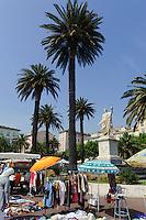 Flohmarkt und Denkmal Napoleon Bonaparte auf der Place Saint Nicolas in Bastia, Korsika, Frankreich