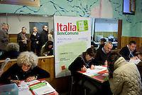 Milano: gente in coda ad un seggio per votare alle primarie del Centrosinistra