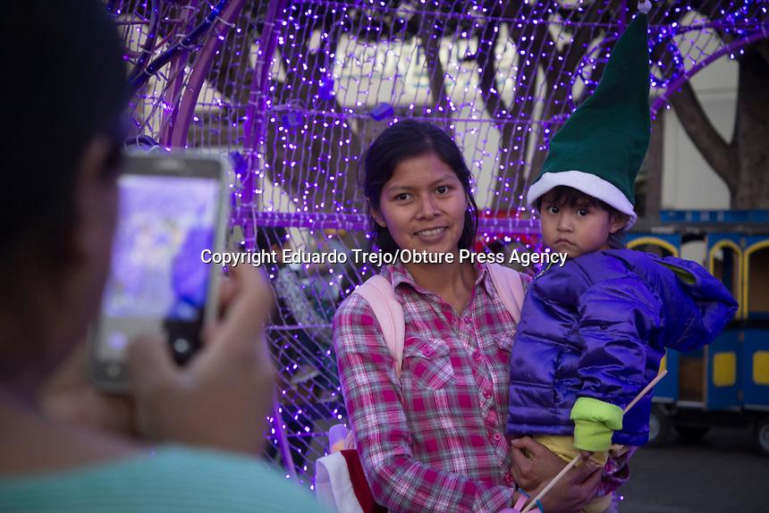 San Juan del Río, Qro. 26 diciembre 2017.- El festival de Navidad 2017, organizado por el Instituto de Cultura, Turismo y Juventud tuvo una participación de aproximadamente 10 mil asistentes entre el 15 y 23 de diciembre, en el cual se presentaron diversos grupos de teatro, música, danza, entre otros.<br /> <br /> Una familia toma fotografías dentro de esferas luminososas que se encuentran en el centro de la ciudad.