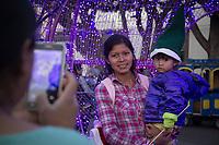 San Juan del R&iacute;o, Qro. 26 diciembre 2017.- El festival de Navidad 2017, organizado por el Instituto de Cultura, Turismo y Juventud tuvo una participaci&oacute;n de aproximadamente 10 mil asistentes entre el 15 y 23 de diciembre, en el cual se presentaron diversos grupos de teatro, m&uacute;sica, danza, entre otros.<br /> <br /> Una familia toma fotograf&iacute;as dentro de esferas luminososas que se encuentran en el centro de la ciudad.
