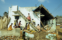 INDIA, Tamil Nadu, Nagapattinam , children infront of destroyed house of fisherman family / INDIEN Tamil Nadu Nagapattinam, Kinder vor zerstoertem Haus einer Fischerfsamilie
