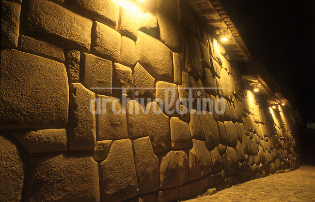 Cuzco, la joya del Valle Sagrado de los Incas, la ciudad mas visita por los turistas que llegan al Peru  en busca de ruinas incaicas y tradicionales campesinos*Cuzco, the jewel of the Sacred Valley of the Incas in Southern Peru, the city more visited by tourists looking for incaic ruinas and colorfull traditional peasants
