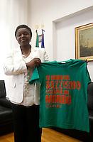 """Il Ministro per l'Integrazione Cecile Kyenge durante la conferenza stampa promossa dall'Ufficio nazionale antidiscriminazioni razziali (Unar) """"Piano nazionale d'azione contro il razzismo, la xenofobia e l'intolleranza"""" a Roma, 30 luglio 2013.<br /> Integration Minister Cecile Kyenge shows a t-shirt reading """"If you close with racism a world will open itself to you"""" prior to attend a press conference in Rome, 30 July 2013. <br /> UPDATE IMAGES PRESS/Isabella Bonotto"""