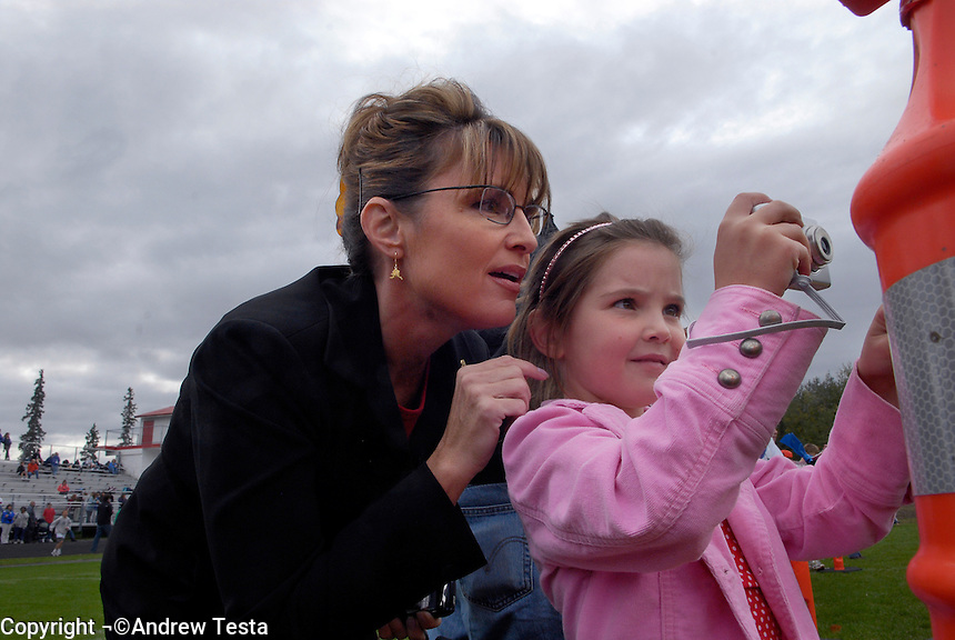 USA. Wasilla.  13th September 2007.The Governor with her daughter Piper at a cross country race in which her daughter Willow is taking part..©Andrew Testa/Panos