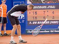 16-7-08, Amersfoort, Tennis, Dutch Open,  Thiemo de Bakker smijt uit frustratie zijn racket tegen het gravel