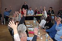 Der Vorsitzende Eric Schmidt (M.) und seine Vorstandskollegen wurden einstimmig wiedergewählt, Ehrenvorsitzender Gerd Rothengatter (Stehend) führte durch die Wahl