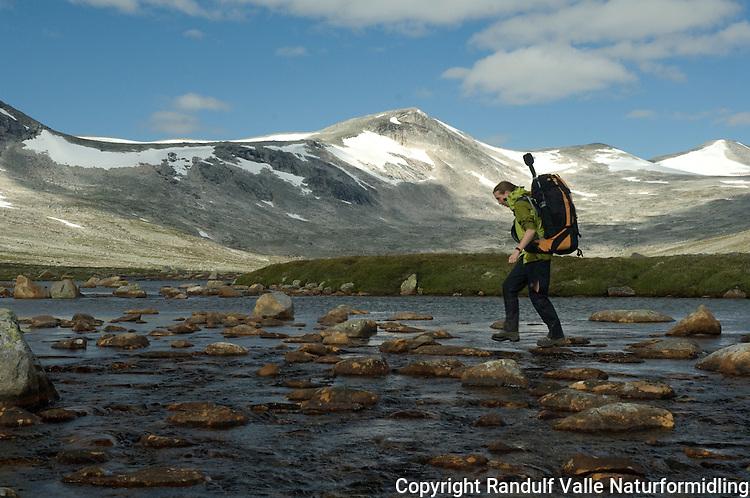 Jente krysser elv på Saltfjellet ---- Girl crossing river
