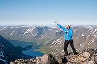 Fornøyd mann på topptur på Seiland. ---- Happy hiker on Seiland.
