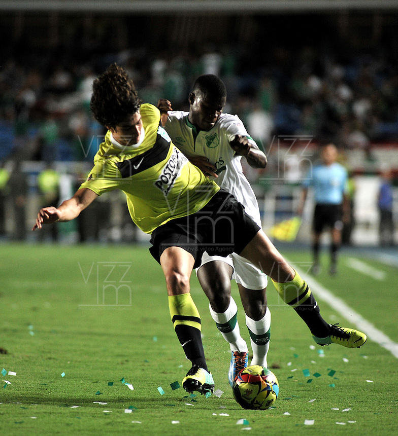 CALI- COLOMBIA -22 -01-2014: Yerson Candelo (Der.) jugador de Deportivo Cali disputa el balón con Stefan Medina (Izq.) jugador del Atletico Nacional en durante partido de ida por la Super Liga 2014, jugado en el estadio Pascual Guerrero de la ciudad de Cali. / Yerson Candelo (R) player of Deportivo Cali vies for the ball with Stefan Medina (L) player of Atletico Nacional during a match for the first leg of the Super Liga 2014 at the Pascual Guerrero Stadium in Cali city. Photo: VizzorImage  / Luis Ramirez / Staff.